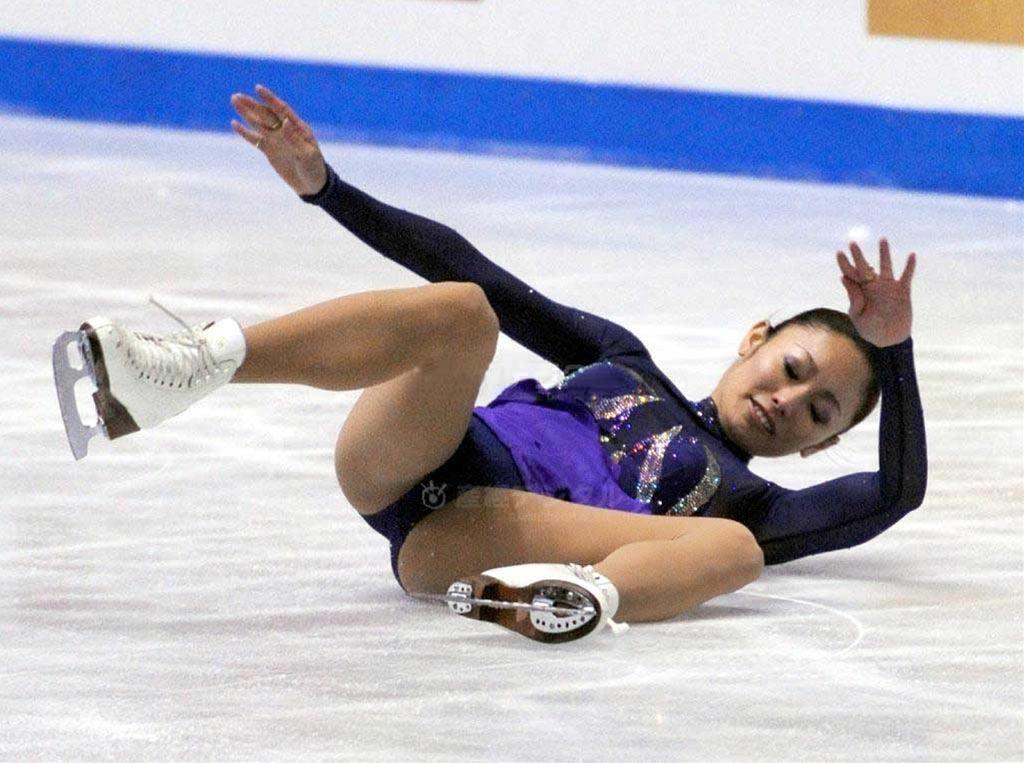 フィギュアスケートで転倒し開脚してしまった安藤美姫の股間にフジテレビのマーク
