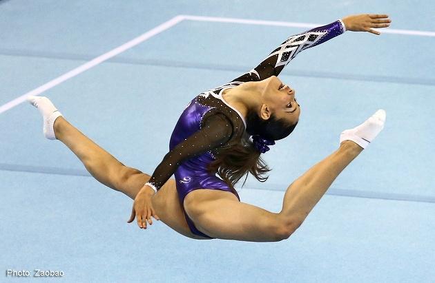 レオタードを着て協議する女子体操選手