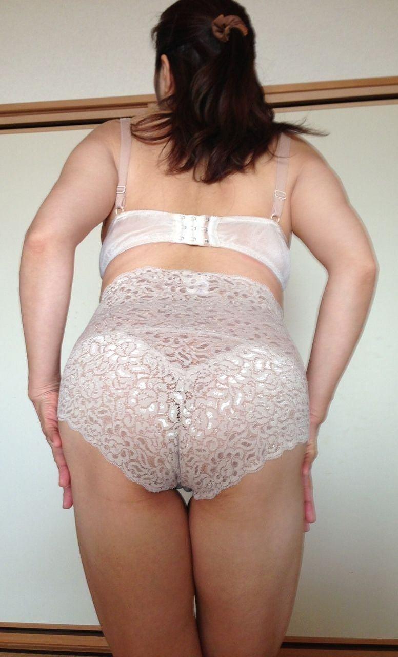 大きめパンツを履いた人妻のケツ