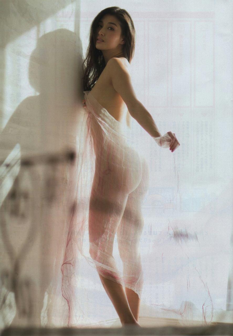 全裸で布をまとった橋本マナミのお尻