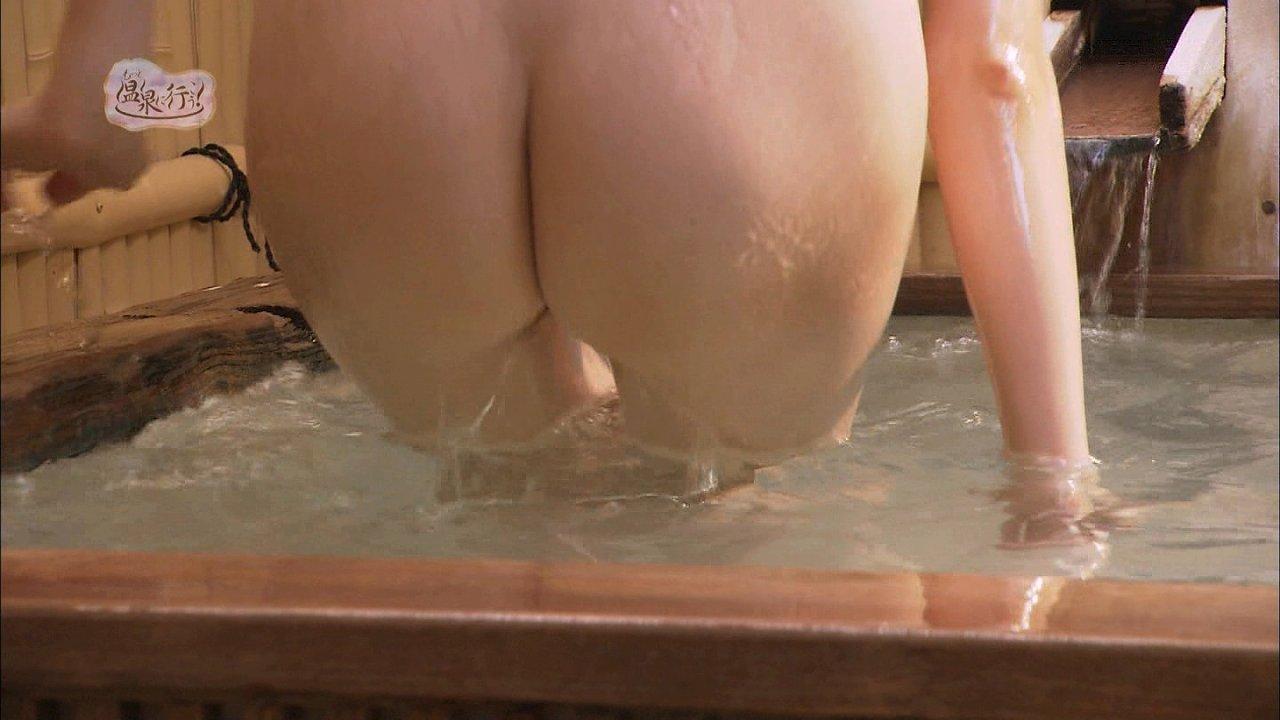 全裸で温泉に入る女の尻