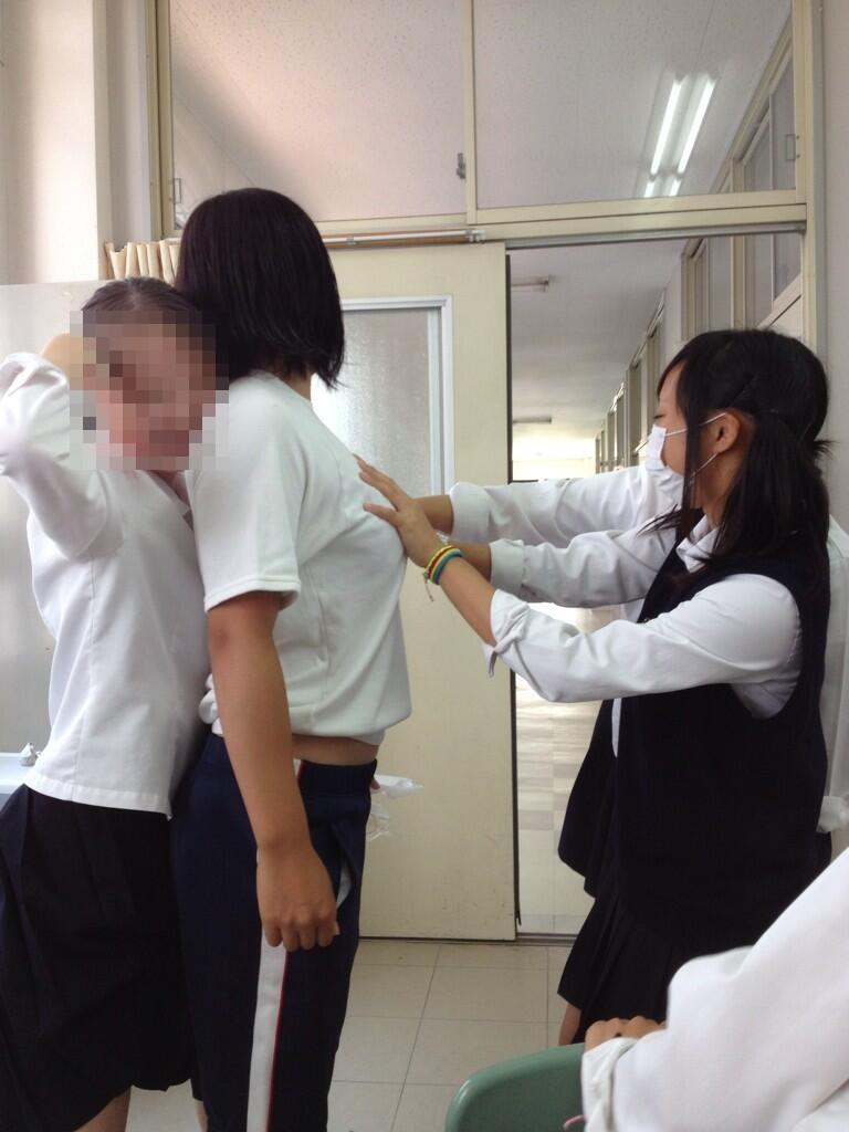 友達のおっぱいをタッチする女子高生