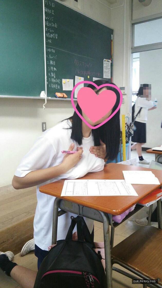 教室の机におっぱいを乗せて胸の形丸出しにしている女子高生