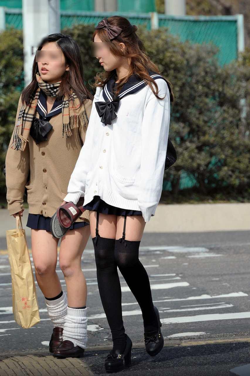超ミニスカートの制服でガーターベルトつけてる現役女子高生JK