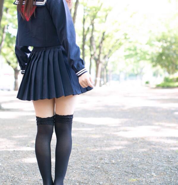 制服でガーターベルトつけてる女子高生JK