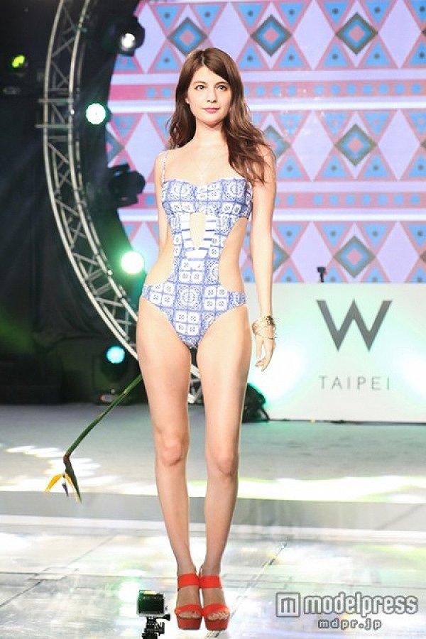 水着ブランドのファッションショーに変態水着を着て出場したマギー