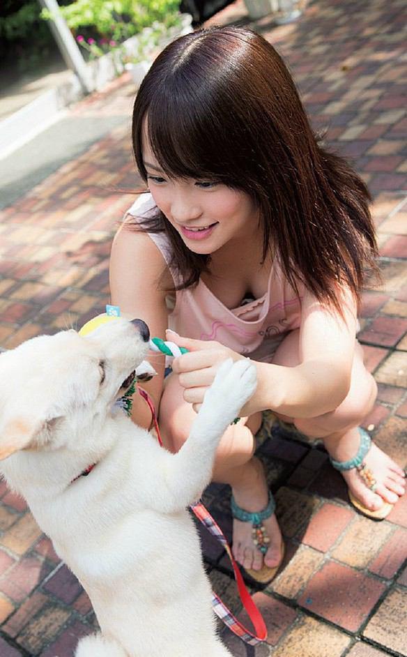 ユルユルの服を着て前かがみになり胸チラするAKB48の川栄李奈、おっぱいがほぼ見えてる