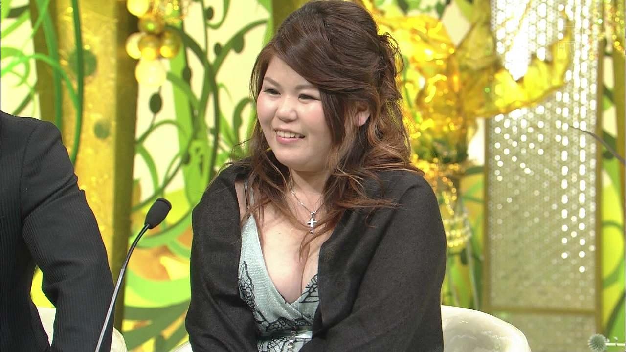 「新婚さんいらっしゃい!」に2015年6月28日に出演した爆乳で谷間ガバガバな服を着た新婚妻