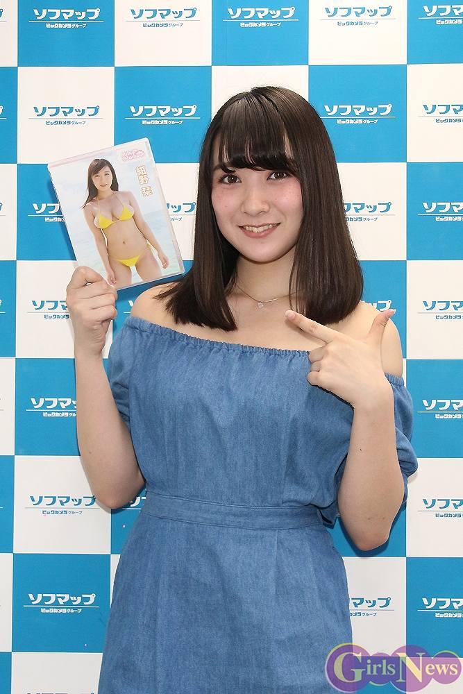 DVD『ミルキー・グラマー』の発売記念イベントでソフマップに登場した紺野栞