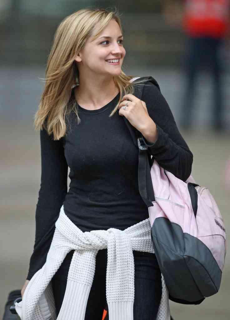 ブラジャーが透け透けの服を着たビルゲイツの娘