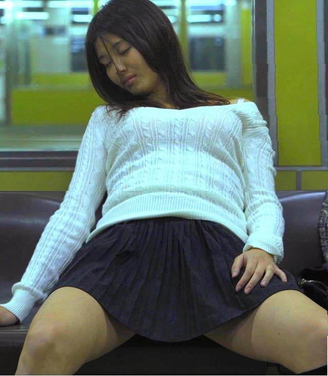 電車にスカートで座って開脚してる橋本マナミ