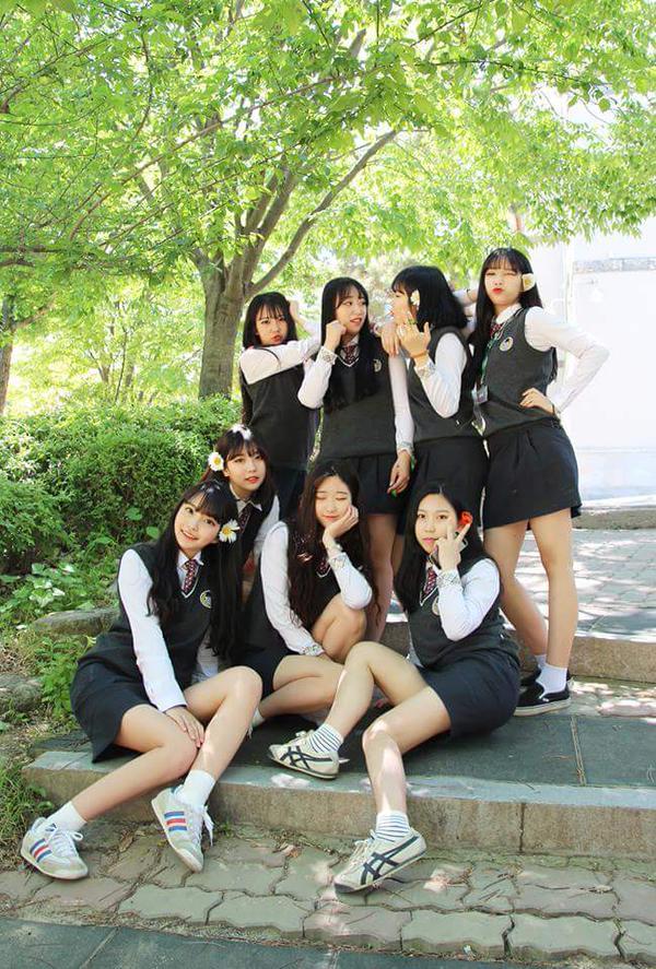 ミニスカート制服姿の韓国の女子高生JK