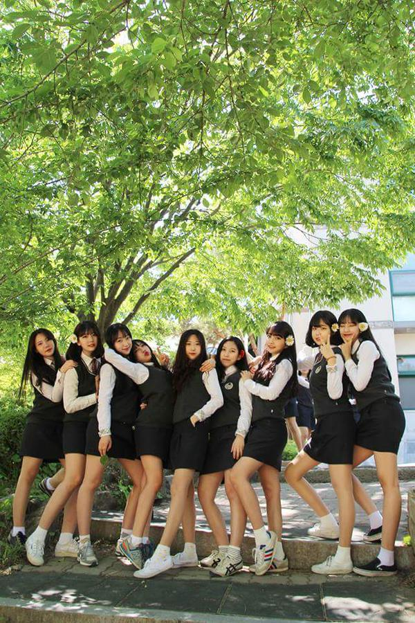 タイトスカートの制服を着た韓国の女子高生JK