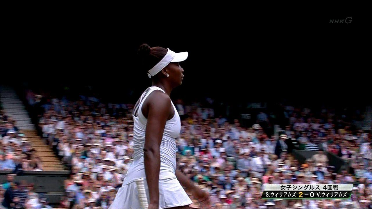 真っ白なテニスウェアを着たセリーナ・ウィリアムズのおっぱい