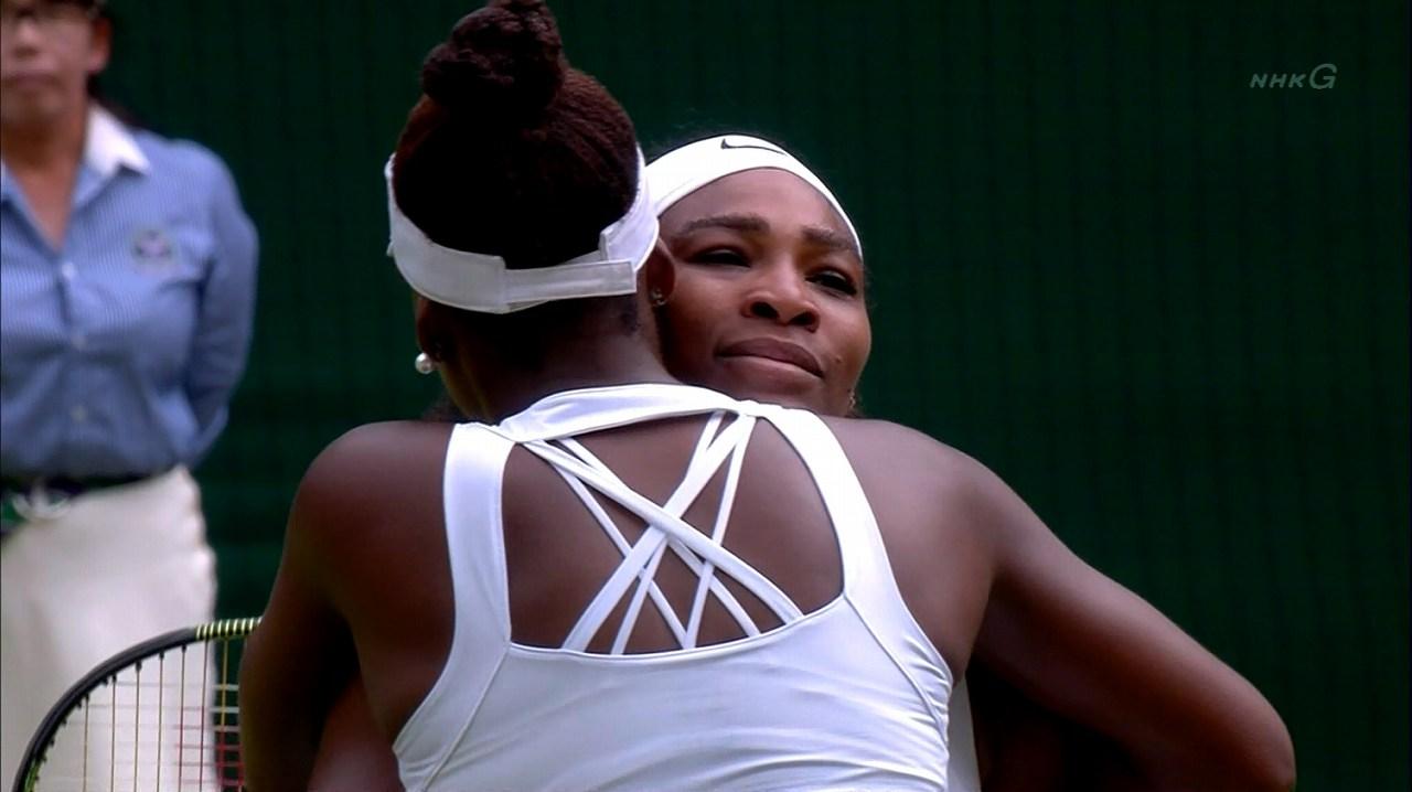 真っ白なテニスウェアを着たセリーナ・ウィリアムズ