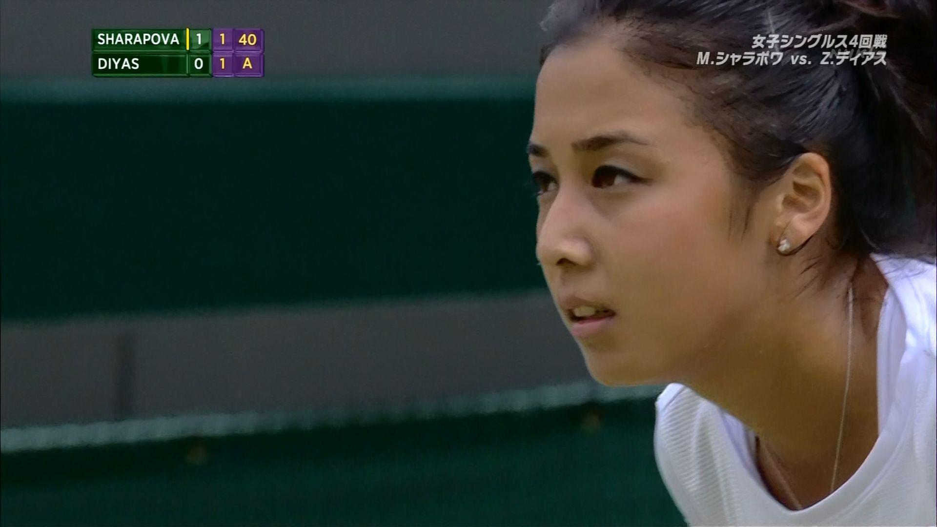 真っ白なテニスウェアを着たザリナ・ディアス