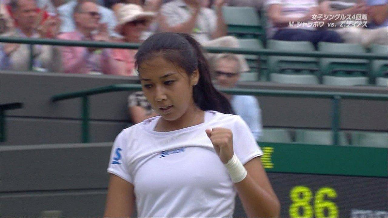 真っ白なテニスウェアを着たザリナ・ディアスのおっぱい