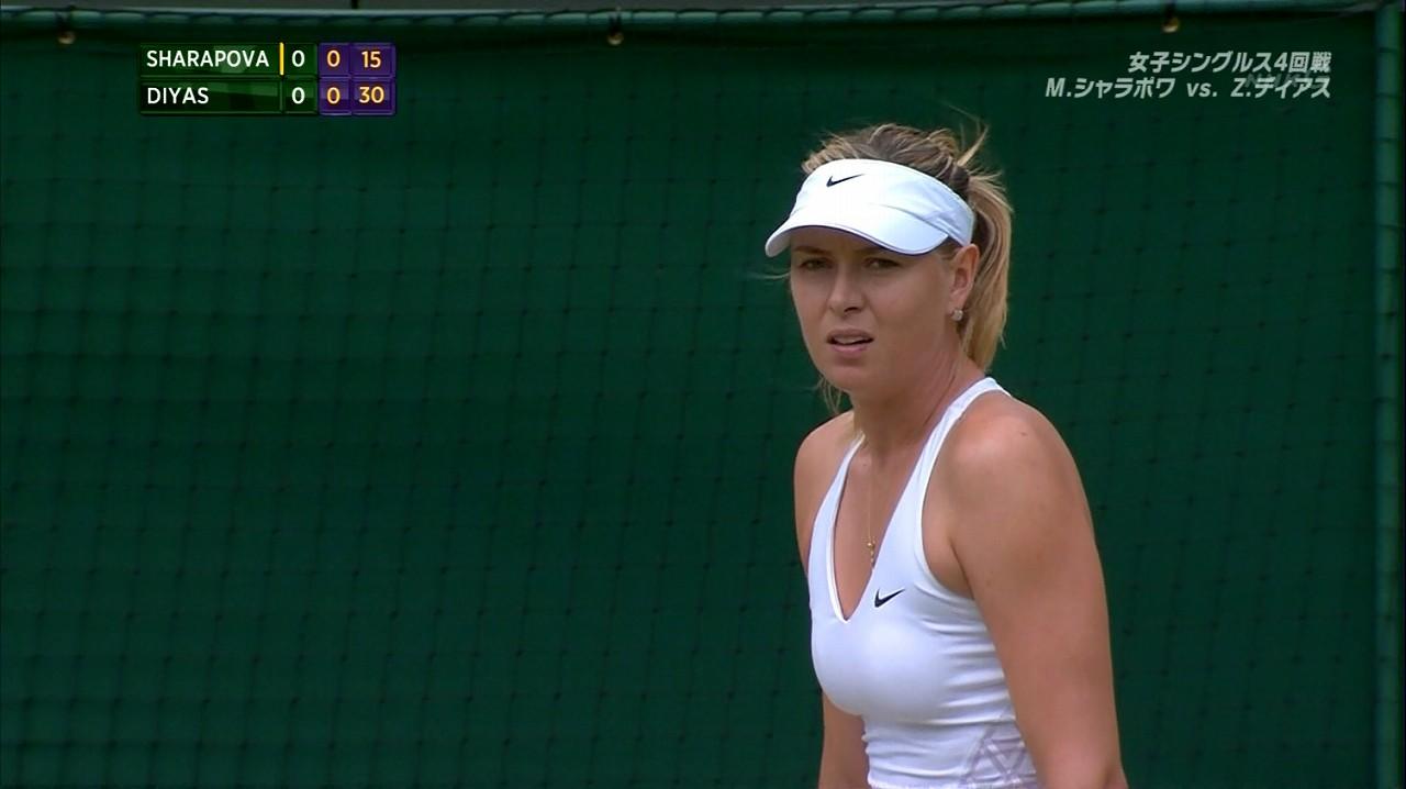 真っ白なテニスウェアを着たマリア・シャラポワのおっぱい