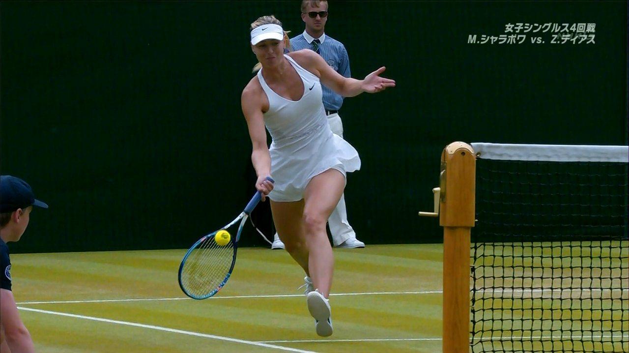 真っ白なテニスウェアを着たマリア・シャラポワ