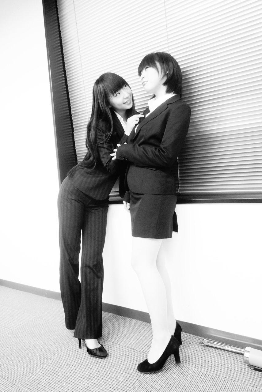 スーツ姿の徳井青空と新田恵海