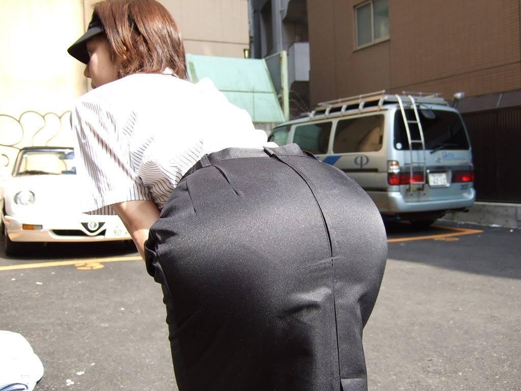 タイトスカートを履いたOLのむっちりお尻