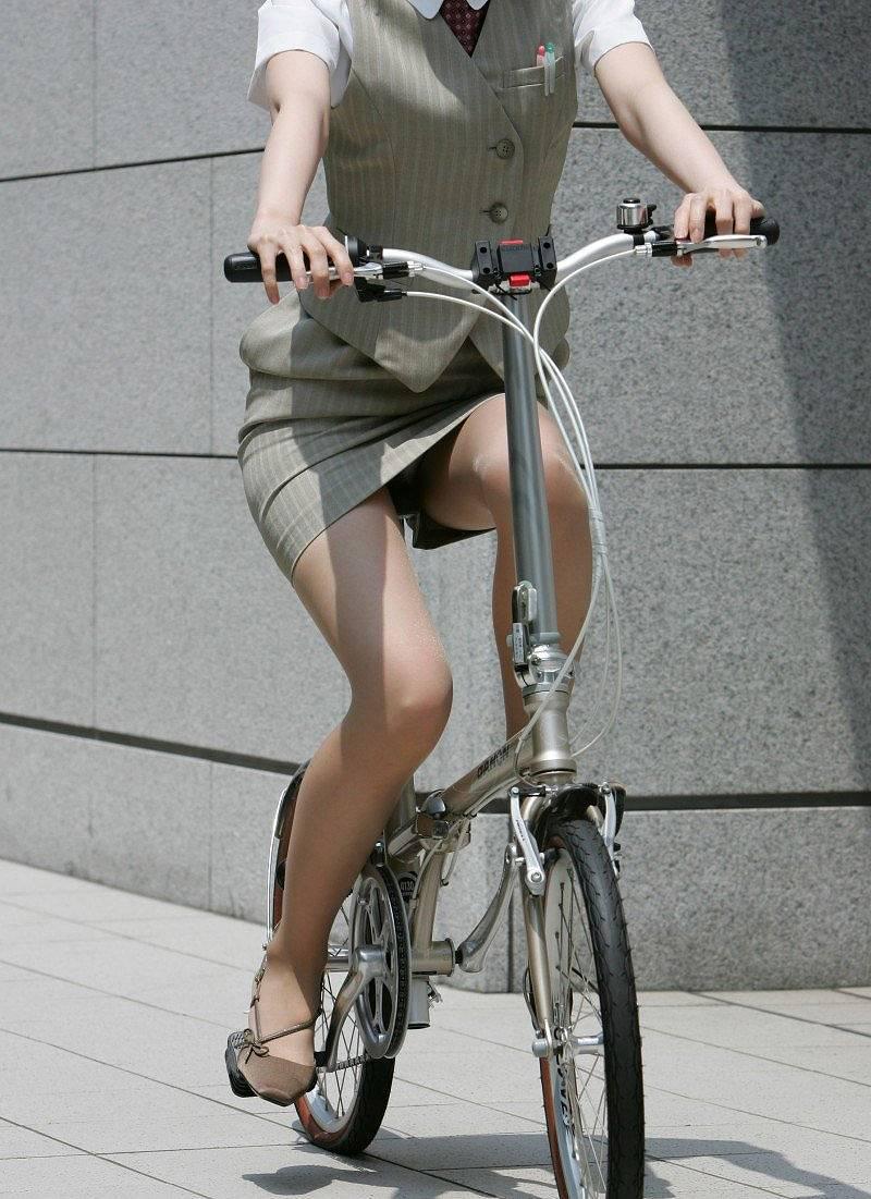 タイトスカートを履いて自転車に乗りパンチラしてるOL
