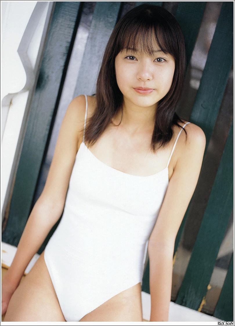 白いワンピースの水着を着た全盛期の戸田恵梨香