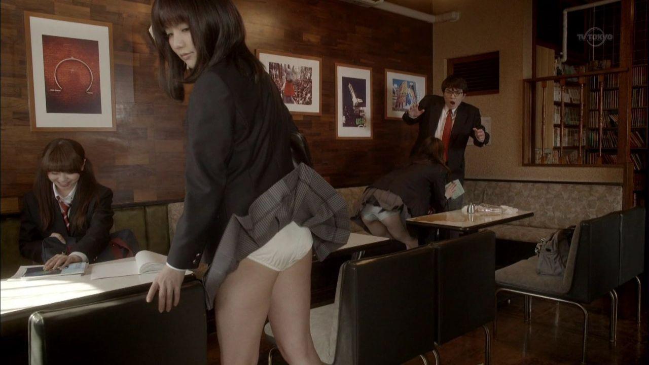 「みんな!エスパーだよ!」で制服姿でパンチラする真野恵里菜