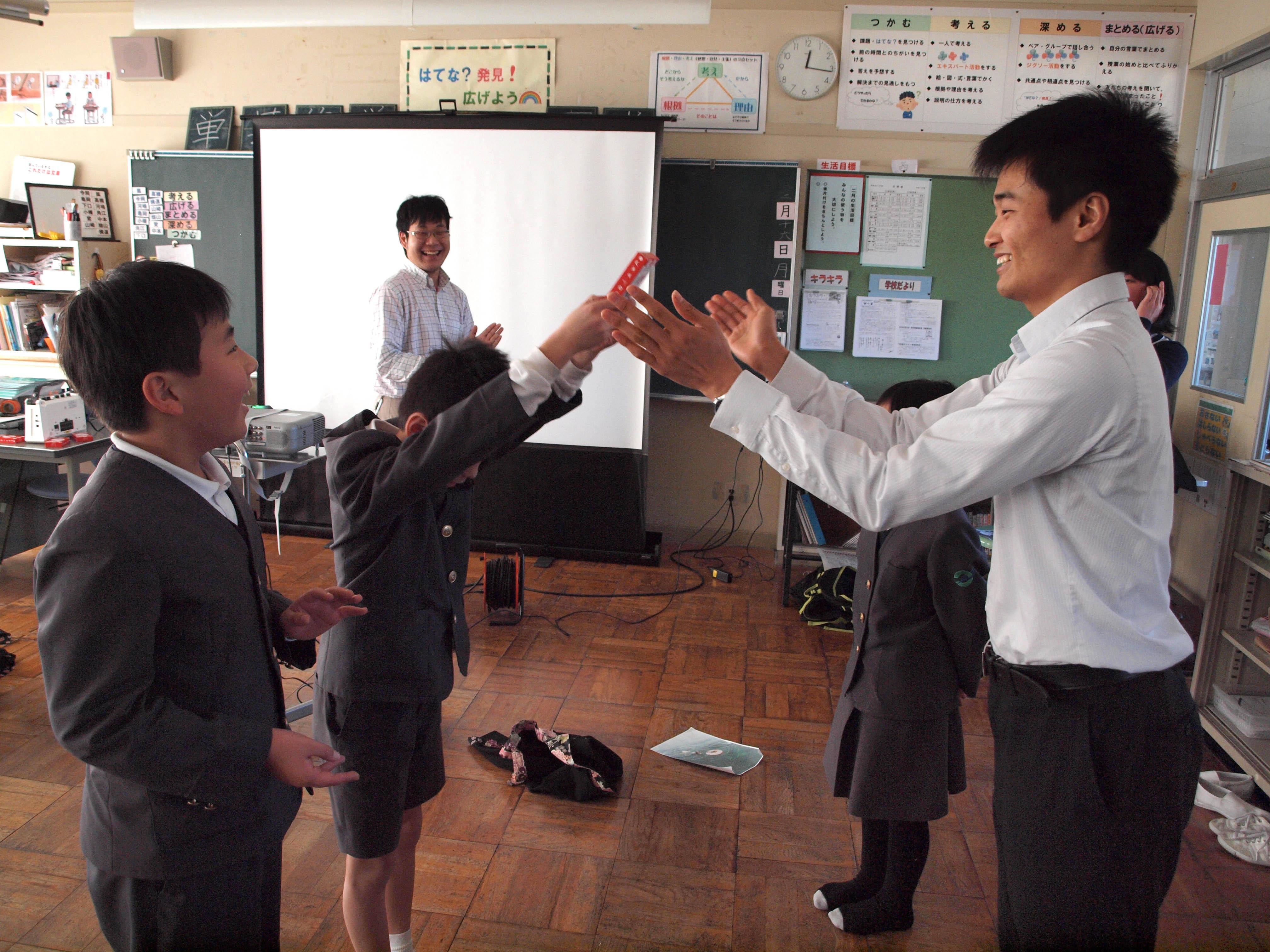 石川トランプを、優勝した藩の代表者に贈呈