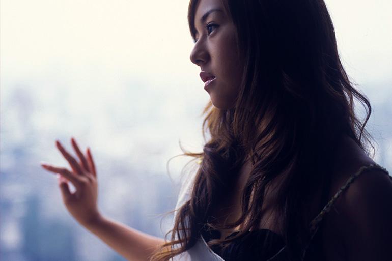 美麗グラビア × 夏川純 窓から外を眺める下着姿の女