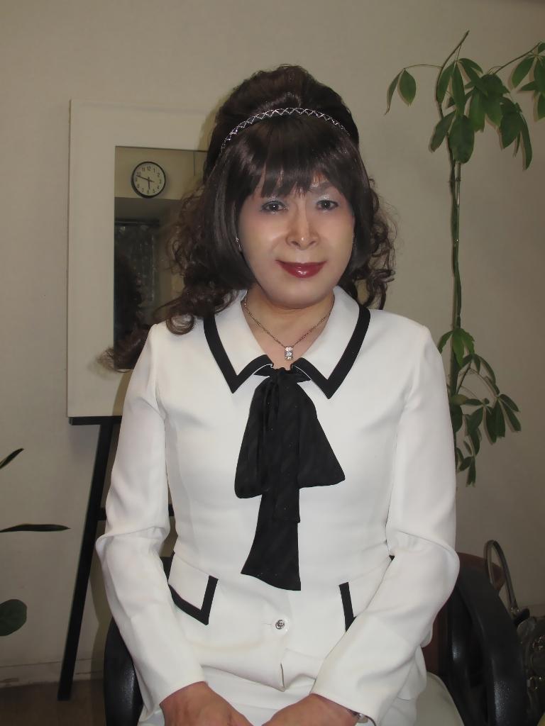100410白スーツ美容院(1)