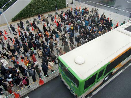 各方面への都営バス乗り場もこの行列