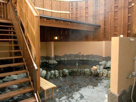 大露天風呂の脇に階段がある