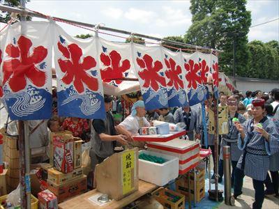 浅草寺境内にはたくさんの屋台店が