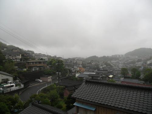 今朝は霧雨。