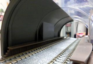 塗装したトンネルを入り口から見た様子