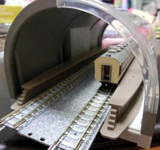 塗装したトンネルを入り口から見た様子③