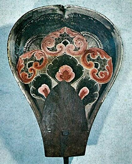 あざやかな繧繝彩色がのこる弥勒仏像の蓮弁