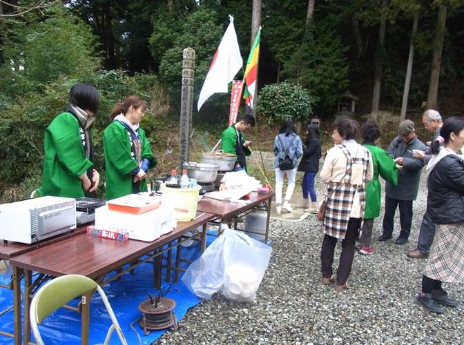 村の方々からふるまわれる汁粉やモツ煮汁