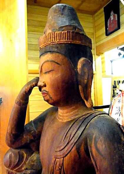 目鼻や眉、頭髪、髭が墨描きされている法雲寺・如意輪観音像