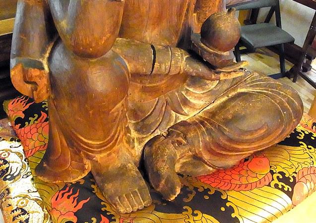 鋭い彫り口で、張りボリューム感ある脚部