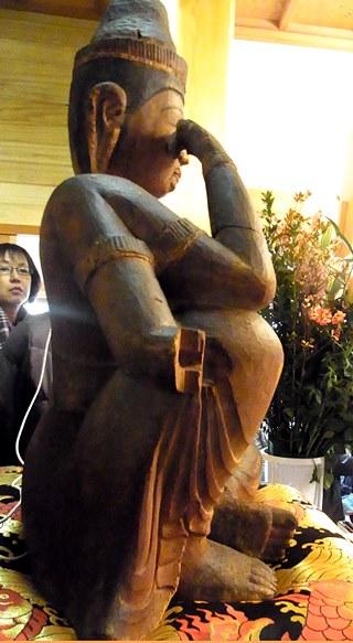 古様、迫力ある造形が強調される写真(法雲寺・如意輪観音像)
