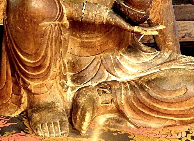 古様で迫力ある造形が強調された写真(法雲寺・如意輪観音像)