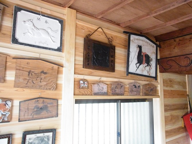 観音堂に奉納された馬の絵馬の数々