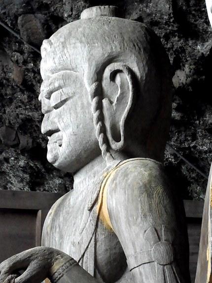 頭部が大きく造られた不動明王像