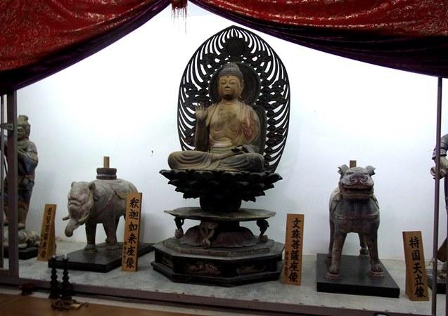 両脇侍が失われた平等寺釈迦三尊像