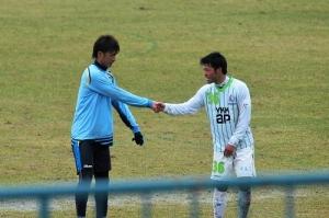 森選手は讃岐DF富山出身の藤井選手と握手