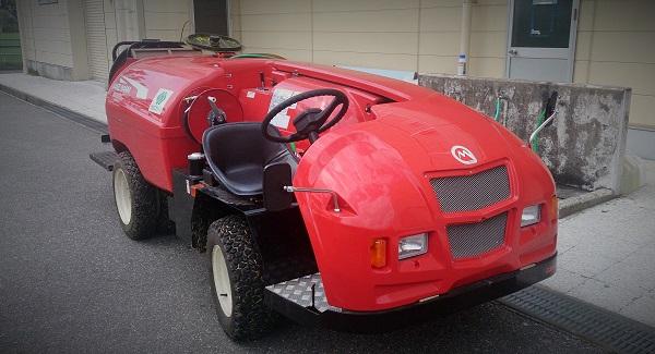 草島グラウンドの整備に活躍する真新しい噴霧作業車
