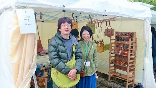 アーツ&クラフトに出展している南砺市の作家・平野雄一さんとふゆ実さん夫妻