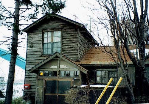 水穂大橋たもとの木造家屋